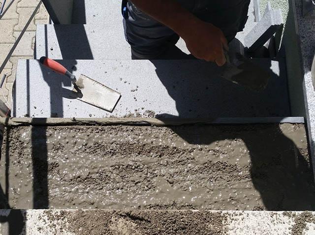 polaganje granitnih stopnic 12, premaz z lepilo za ojačanje