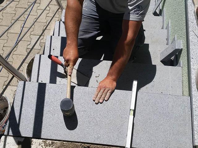 Polaganje granitnih stopnic na beton 14, z gumi kladivom nastopno ploščo postavimo v ustrezen padec