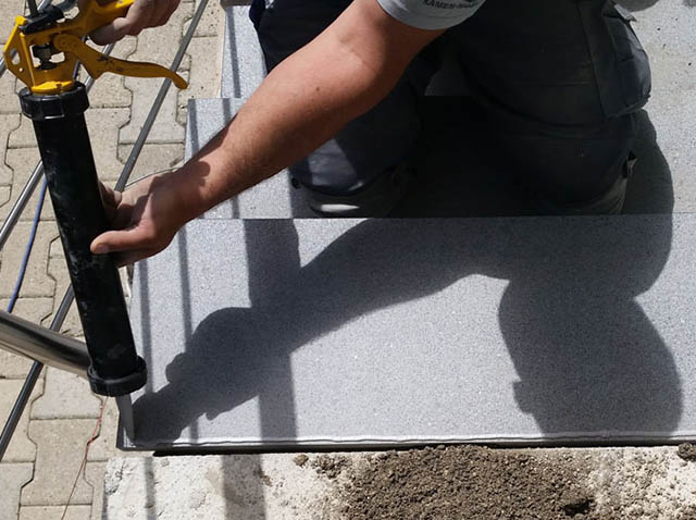 polaganje granitnih stopnic 2, nanašanje silikonskega kita