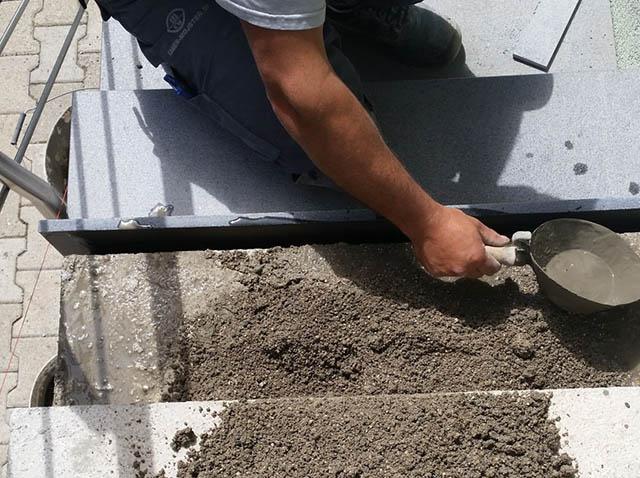 polaganje granitnih stopnic 3, nanašanje cementne polivke