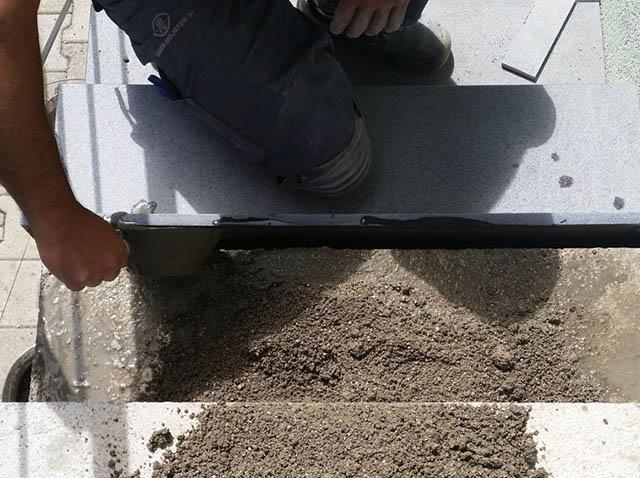 polaganje granitnih stopnic 4, nanašanje cementne polivke