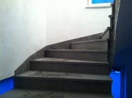 Poševna obroba na granitnem stopnišču